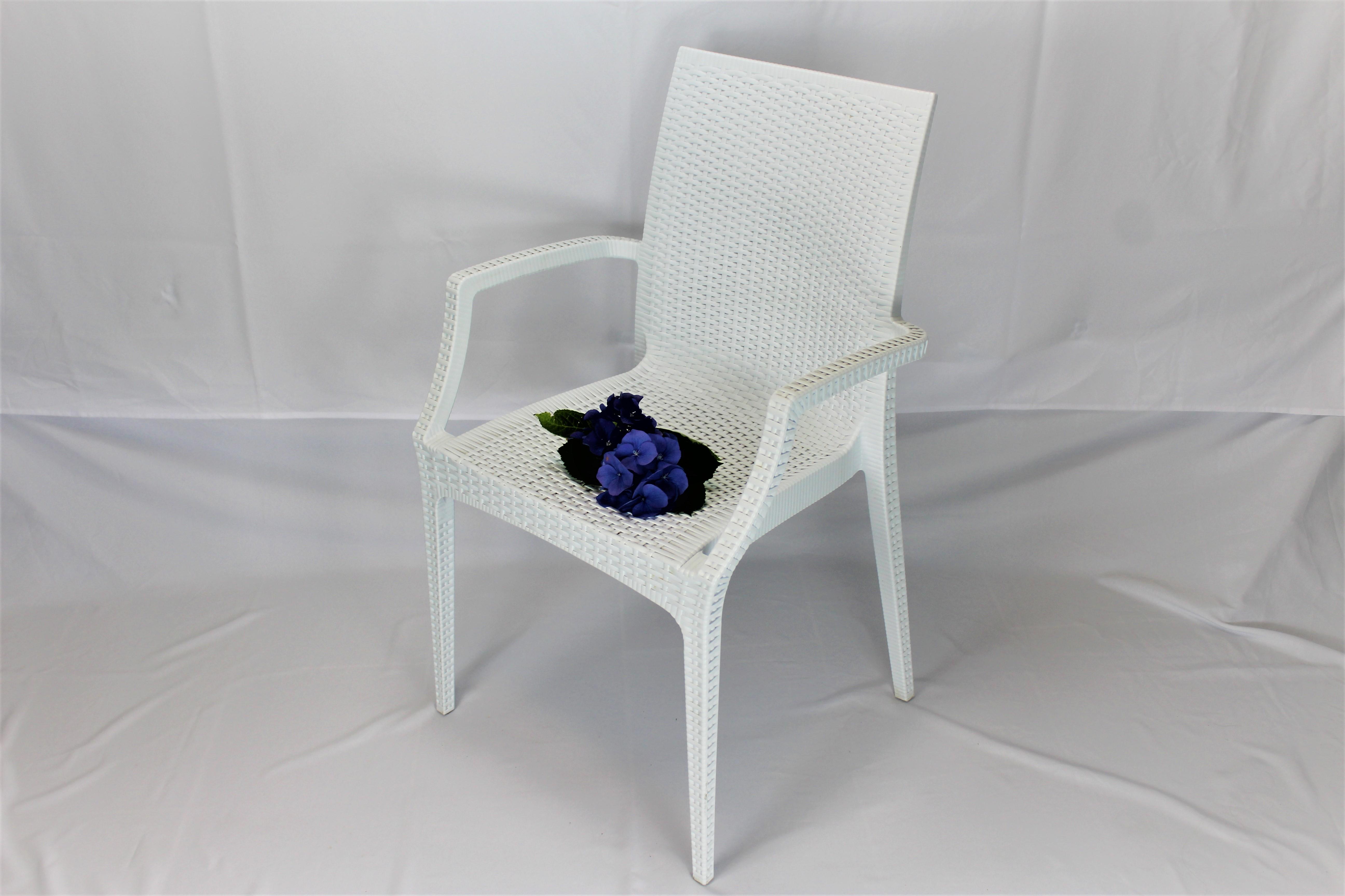 Hvid stol med armlæn2